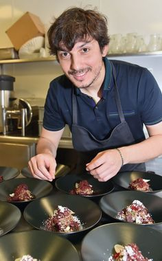 Zes jaar geleden dacht hij er nog niet aan om kok te worden en volgde hij de liefde naar Gent, om biologie te studeren. Maandag werd Marcello Ballardin (34...