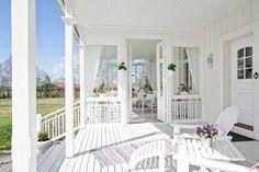 Bilder, Balkong/uteplats, Entré, Veranda - Hemnet Inspiration Outdoor Rooms, Outdoor Living, New England Hus, Swedish Cottage, White Porch, Pergola, Porch And Balcony, American Houses, Classic House