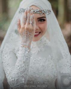 "948 Likes, 59 Comments - Jelita Wiyandini (@jejejelita) on Instagram: ""The white bride . . Bridal dress & accessories: @dsty_bydestyamega Makeup: @nanathnadia…"""