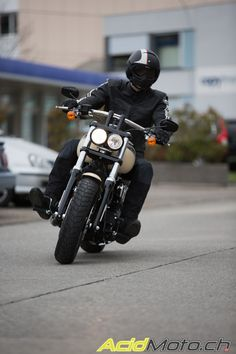 Harley-Davidson Dyna Fat Bob FXDF 2014 - La Dyna s'embourgeoise !: Page 2 sur 3 » AcidMoto.ch, le site suisse de l'information moto Harley Davidson Dyna, Harley Davidson Helmets, Harley Davidson Motorcycles, Harley Fat Bob, Information, Cool Bikes, Classic Cars, Parking Lot, Optimism
