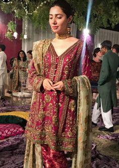 60 Best Mahira Khan Dresses In Black, White, Blue, Red, Pink Mahira Khan Dresses, Shadi Dresses, Pakistani Formal Dresses, Pakistani Fashion Casual, Pakistani Wedding Outfits, Pakistani Dress Design, Bridal Outfits, Indian Dresses, Asian Fashion