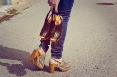 #Zuecos desert de Marilashoes, con detalles troquelados en el cuerpo y tacón de 10cm de altura, ideal para estilizar piernas!