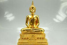 Luang Pho Pan Thai Buddha Statue des ehrwürdigen Luang Pho Pian Akkathammo, Abt des Wat Gernkathin, vom 18.10.2010. Der ehrwürdige Luang Pho Pian erschuf die Buddha-Statue anlässlich des buddhistischen Thod Kathin Festes in einer Kleinserie von nur 999 Statuen. Die Statue wurde auf dem heiligen Boden des Wat Gernkathin gegossen. Zu diesem Zweck rief Luang Pho Pian die besten Phra Bucha Gießer des Landes zusammen.