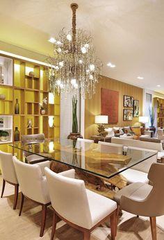 Espaço decorado por #quitetefaria para Mostra de Decoração da loja Design da Villa em Alphaville. Sala de jantar com pé de mesa em tora de madeira e um belo lustre, que compõe um belo conjunto.