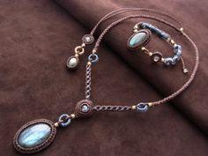 石サイズ 3.0cm×2.0cmネックレス長さ 44.0~76.0cm(スライド調節式)ディープブルーのラブラドライトをトップに、イエローに輝く小さなラブラドライトをバックに配置したネックレスです。同デザインのブレスレットはこちら→ラブラドライトブレスレット
