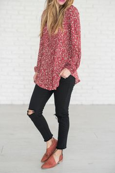 (all sales on CYBER MONDAY are F I N A L : no returns or exchanges) This adorable floral top with button detailing is the top that will gain you a multitude of compliments. 100% Rayon See Sierra's siz