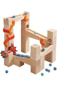 Gewoon aan het wiel draaien en hup, de knikkers worden door de transporttoren naar boven gebracht. Dan rollen ze bergafwaarts de hoek om en begint de knikkerpret opnieuw! Inhoud: 1 transporteenheid met transportklem, 3 transportblokken, 3 baanstukken (1 x 20 cm, 2 x 16 cm), 1 transportbaan (16 cm), 1 richtingswisselaar, 2 hoekstenen, 2 bochten, 4 kubussen, 4 rechthoekige blokken (2 x 8 cm, 2 x 12 cm), 6 bouwsteenklemmen, 30 knikkers.