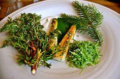 Mais l'asperge se marie avec bien d'autres choses. Ici, vertes et blanches sont légèrement dorées et mélangées à du pin. Oui, des branches de pin dans votre assiette.