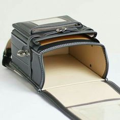Discover recipes, home ideas, style inspiration and other ideas to try. Leather Office Bags, Leather Purses, Leather Bags Handmade, Leather Craft, Leather Wallet Pattern, Leather Workshop, Messenger Bag Men, Leather Design, Leather Accessories