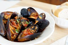 Recipes: Easy Crockpot Mussels in Tomato Basil Wine Sauce (Crockpot Recipes Seafood) Crockpot Fish Recipes, Slow Cooker Recipes, Cooking Recipes, Crockpot Meals, Healthy Recipes, Shellfish Recipes, Seafood Recipes, Mussel Recipes, Crock Pot Slow Cooker