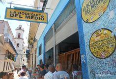Frente de la Bodeguita del Medio en la Habana Vieja, al fondo la Catedral de la Habana