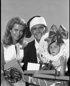 """Elizabeth Montgomery, Dick York and Erin Murphy """"Bewitched"""" Christmas c. Christmas Shows, Christmas Past, Retro Christmas, Christmas Movies, Family Christmas, Christmas Specials, Vintage Christmas Photos, Christmas Stuff, Christmas Greetings"""