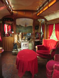 roulotte tzigane - photo by terence metawiki - Normandie, France - gypsy wagon interior Gypsy Wagon Interior, Gypsy Caravan Interiors, Gypsy Living, Tiny House Living, Small Living, Gypsy Trailer, Caravan Renovation, Vintage Gypsy, Compact Living