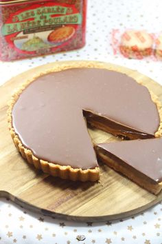 Simple et sans cuisson, cette recette de tarte confiture de lait et chocolat est la recette idéale si vous avez un dessert à préparer à la dernière minute.