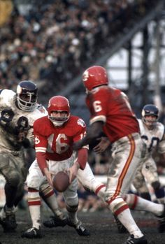 Len Dawson of the Kansas City Chiefs pitches the ball to Warren McVea against the Minnesota Vikings during Super Bowl IV  January 11 1970