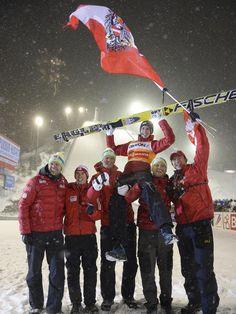 Das Team der Österreicher lässt Gregor Schlierenzauer (oben) hochleben. Der Skispringer hat sich mit seinem fünften Platz beim Weltcup in Kuopio uneinholbar den Sieg in der Weltcup-Gesamtwertung gesichert. (Foto: Kimmo Brandt/dpa) Andreas Wellinger, Ski Jumping, Jumpers, Austria, Skiing, Sports, Sporty, Ski, Hs Sports