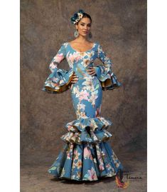 trajes de flamenca 2019 mujer - Aires de Feria - Vestido de sevillanas Poema African Fashion Ankara, African Dress, Lovely Dresses, Beautiful Gowns, Red Floor Length Dress, Spanish Dress, African Blouses, Spanish Fashion, Maxi Dress With Sleeves