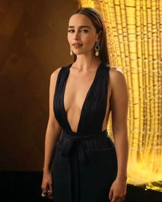 Emilia Clarke might not have won the Best Actress trophy at the edition of the Emmy Awards but she did win the hearts of her fans. Emilia Clarke Sexy, Emelia Clarke, Clarks, Got Merchandise, The Mother Of Dragons, Emilia Clarke Daenerys Targaryen, Khaleesi, Natasha Romanoff, The Dress