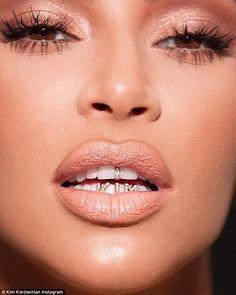 Kim Kardashian flaunts new name tag grills to promote KKW Beauty - Name tag! Kim Kardashian flaunted new name tag grills as she promoted latest KKW Beauty collection - Robert Kardashian, Kardashian Style, Kardashian Jenner, Kardashian Family, Kim Kardashian Grill, Kylie Jenner, Diamond Grillz, Diamond Teeth, Tooth Diamond