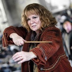 Mrs Molly Weasley( Harry Potter Film Series) played by Julia Walters Fans D'harry Potter, Harry Potter Characters, Harry Potter World, Potter Facts, Must Be A Weasley, Ron Weasley, Lord Voldemort, Hermione Granger, Eddie Redmayne