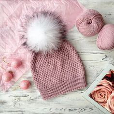No photo description available. Cable Knit Hat, Knit Beanie Hat, Crochet Girls, Crochet Art, Knitting Designs, Knitting Patterns Free, Knitting For Kids, Baby Knitting, Fingerless Mittens