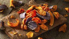 Chips gehören zu den kleinen Sünden, die wir uns trotz eisernem Diät-Willen hin und wieder gönnen. Wenn Sie Ihre Chips jedoch einfach aus Karotten oder Radieschen statt aus Kartoffeln herstellen, snacken Sie gesund! Wir haben 3 tolle Rezepte.