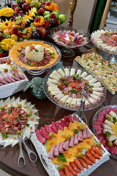 Mesa de frios By PIP EVENTOS Party Food Buffet, Party Food Platters, Food Trays, Snacks Für Party, Appetizers For Party, Appetizer Recipes, Cocktail Party Food, Brunch, Reception Food