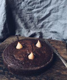 Det här är en helt ljuvlig chokladkaka, precis så krämig som man vill att en chokladkaka ska vara. Vetemjölet går bra att att byta ut mot mandelmjöl om man vill göra kakan glutenfri, använd bara en gnutta mindre mjöl då. x Sofia  KARAMELLISERAD ITALIENSK CHOKLADKAKA MED PÄRON 125 g smör 2.5 dl socker 3 ägg 1 dl kakao 1.5 dl vetemjöl 1 tsk vaniljpulver 1 tsk bakpulver 3 päron 1 msk potatismjöl smör till formen Värm ugnen till 175°C. Smält smöret i en gjutjärnsgryta gryta, blanda i socker…
