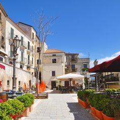 Passeggiata tra le vie di Castellabate #CasaZarotti oggi abbiamo pure visto la Piazzetta set del film 'Benvenuti al Sud'. Sapevate che l'ufficio postale in realtà è sempre stato un bar? #Salerno