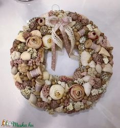 Easter Wreaths, Fall Wreaths, Diy Spring Wreath, Shabby Vintage, Christmas Inspiration, Easter Crafts, Burlap Wreath, Fabric Flowers, Flower Arrangements