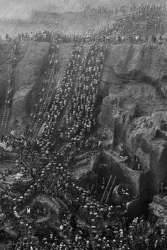 Sebastião Salgado . gold mine of Serra Pelada. Pará, Brazil, 1986