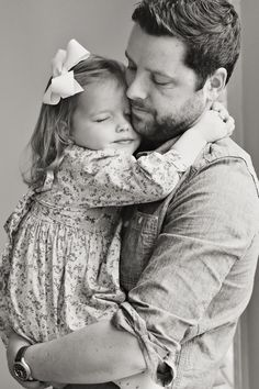 Padre e hija abrazados