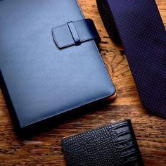 Kožené diáře s vyměnitelnou náplní – ANTORINI® Wallet, Blog, Blogging, Purses, Diy Wallet, Purse