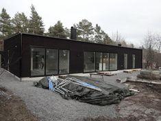 Fasad liggande falusvart, svarta fönster