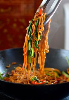 Vegetable Lo Mein - (to make Low-Carb use Zoodles or Shirtaki noodles) - a really simple, versatile and healthy noodle dish. Vegetable lo mein can be a staple vegetarian meal or a meatless Monday dinner! Wok Recipes, Asian Recipes, Vegetarian Recipes, Cooking Recipes, Healthy Recipes, Vegetable Lo Mein, Vegetable Dish, Vegetable Noodles, Rice Noodles