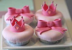 Bows crowns in sugar paste Deco Cupcake, Crown Cupcake Toppers, Crown Cupcakes, Pastel Cupcakes, Kid Cupcakes, Princess Cupcakes, Fondant Cupcakes, Cupcake Cakes, Cupcake Frosting