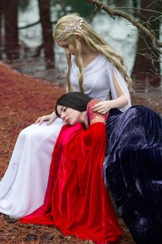 Arwen & Galadriel cosplays - Lord of the Rings.  These girls are awesome!