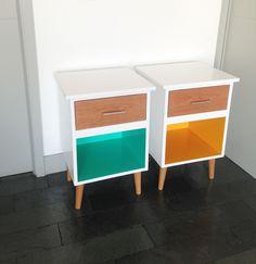 Veladores de madera lacada blanca y a color, con patas torneadas de madera…