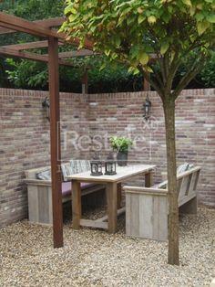 Steigerhout meubelen in gezellige tuinhoek