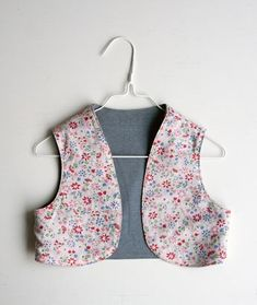 Boléro réversible - UKKONOOA: Liivin kaava ja ohje / Reversible vest pattern and tutorial (free) Sewing Shirts, Sewing Kids Clothes, Clothes For Women, Toddler Vest, Kids Vest, Couture Bb, Diy Summer Clothes, Diy Clothes Videos, Vest Pattern