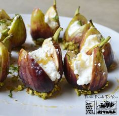 Ricotta-Stuffed Figs - This elegant dish works great as an appetizer or even dessert. Ricotta-Stuffed Figs - This elegant dish works great as an appetizer or even dessert. Fig Recipes, Cooking Recipes, Tapas Recipes, Crab Recipes, Party Recipes, Cooking Time, Beef Recipes, Comidas Lights, Gastronomia