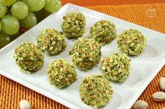 I bocconcini d'uva al formaggio e pistacchi sono degli antipasti formati da chicchi di uva bianca rotolata in una crema di gorgonzola e ricoperta da pistacchi tritati.