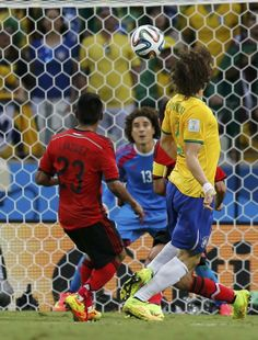 Memo Ochoa goalkeeper world cup brazil 2014 | Guillermo Ochoa prepares to make a save during the 2014 World Cup ...