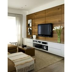 Painel para TV: gostamos da madeira e da formação do painel.