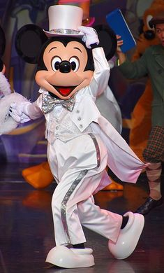 Tokyo Disney Resort, Park Photos, Mickey Minnie Mouse, Epcot, Disney Wallpaper, Cool Costumes, Disney Parks, Disney Characters, Fictional Characters