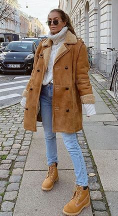 18 Cute Fall Outfits To Get You In The Sweater Weather Mood - - - Looking for a new fall outfit but don't know where to start? Check out these 18 super cute fall fashion ideas to get you in the sweater weather mood! Casual Winter Outfits, Winter Boots Outfits, Cute Fall Outfits, Winter Outfits Women, Outfit Winter, Sweater Weather Outfits, Woman Outfits, Cute Fall Clothes, Winter Clothes Women