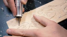 How to Carve with a Dremel Tool EASY! Wood carving with a dremel or any rotary tool can be a daunting task at first. Visit www.howtowoodcarv… today too learn how beginners to even advanced wood carvers can learn power carving. Dremel Werkzeugprojekte, Dremel Wood Carving, Dremel Rotary Tool, Dremel 4000, Dremel Tool Projects, Woodworking Projects Diy, Wood Projects, Woodworking Tools, Dremel Ideas