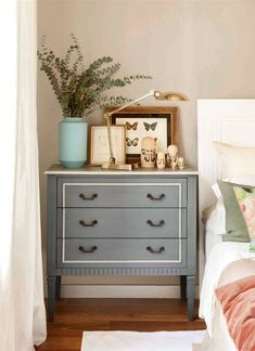 comoda mesilla de noche pintada de gris con moldura Salvaged Furniture, Vintage Furniture, Painted Furniture, Furniture Makeover, Diy Furniture, Mirrored Bedroom Furniture, Night Table, Mo S, Fashion Room