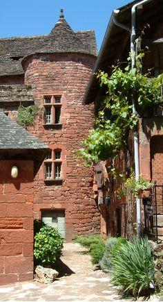 """Collonges la Rouge liegt in der Region Limousin. Der Namenszusatz """"-la-Rouge""""  kommt aus rotem Sandstein. / Collonge la Rouge se situe dans le Limousin. Son nom vient du grès rouge avec lequel a été construit le village."""