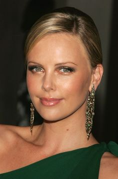 Charlize Theron Photos Photos: Gucci Spring 2006 Fashion Show Benefitting The Childrens Action Network Charlize Theron Short Hair, Charlize Theron Photos, Charliez Theron, Atomic Blonde, Gucci Spring, Actrices Hollywood, Hair Photo, Beautiful Actresses, Beautiful Eyes